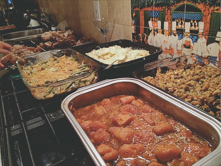 持ち寄られた料理はこんな感じにキッチンに並べられます