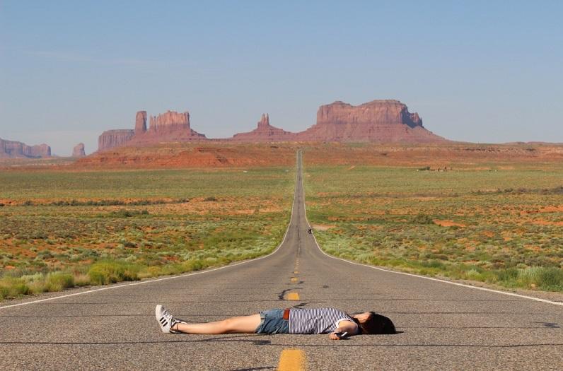 道で寝る人