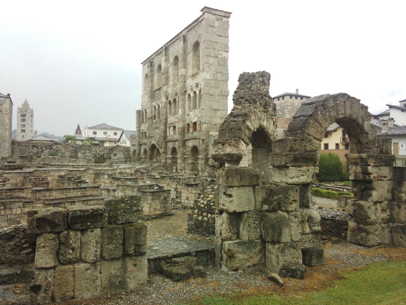 雨のローマ劇場跡