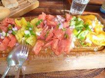 ピエールが作ってくれたハンバーグとトマトマリネ、サラダ2