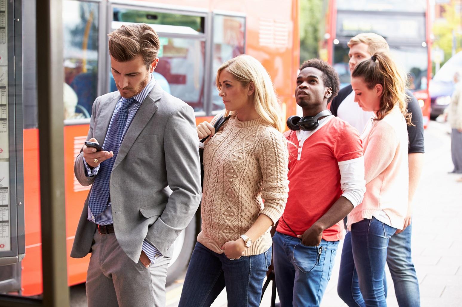 バス停でバスを待つ