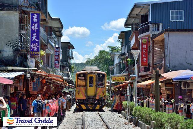 街の真ん中を電車が走る!十分老街と台湾のナイアガラ「十分大瀑布 ...