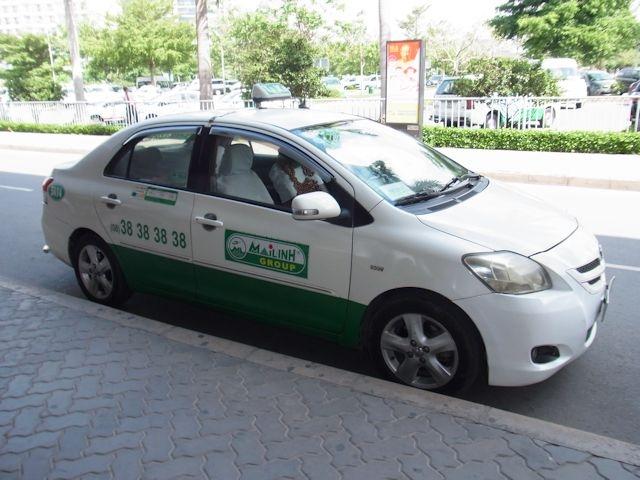 白地に緑・MAI LINH TAXI
