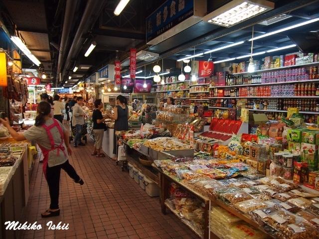 たくさんの食品が並ぶ市場内。