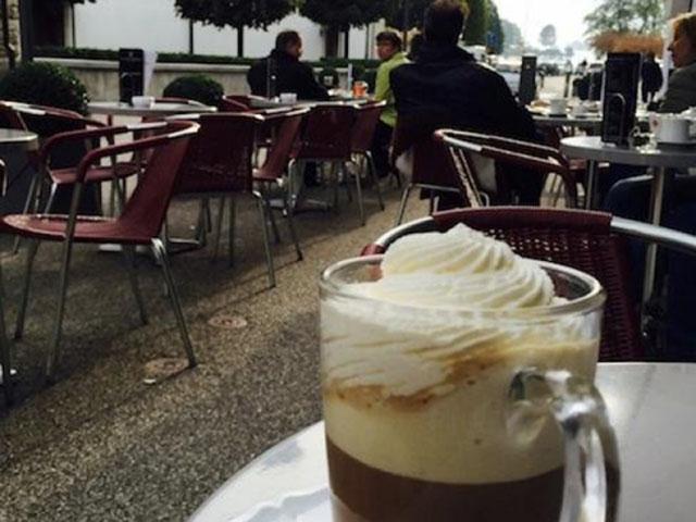 湖へと繋がる通りのおしゃれなカフェ