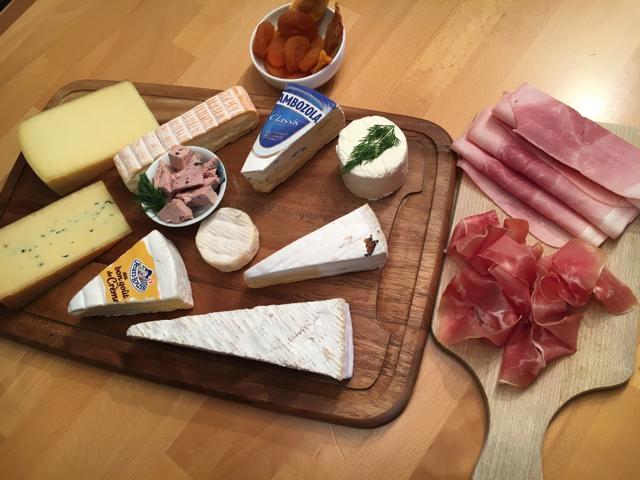 お店にはスイスを中心としたの美味しいチーズがずらり!