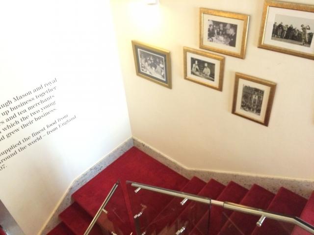 絨毯が敷き詰められた階段脇にはフォートナムメイソンの歴史が