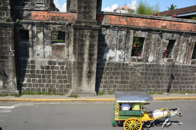 マニラの要塞都市イントラムロスの通りを駆け抜けるカレッサ
