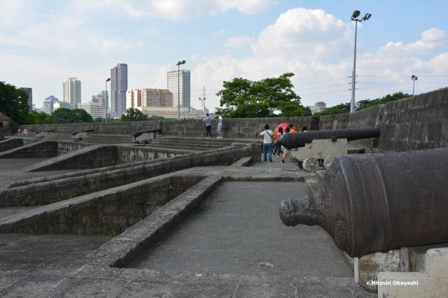 イントラムロス東端の砲塁に並ぶ巨大な大砲