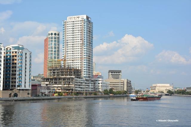 パッシグ川に面するサンチャゴ要塞から見る現在のマニラ市街