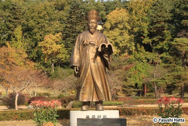 栗谷李珥の像。退渓李滉と並んで韓国の2大儒学者と称えられる