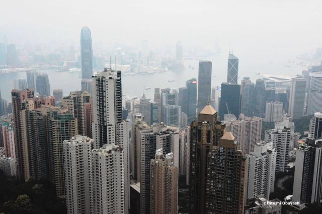 針のような細長い超高層ビルが空を突き刺す香港