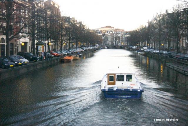 渋滞に紛れ込むことなくゆっくりと水面を走るクルーズ船