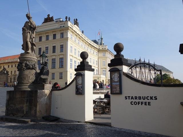 背後に見えるのがプラハ城