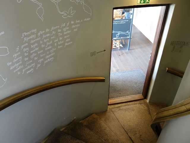 屋上から階段を下りると店内へ