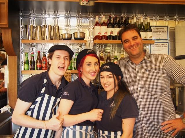 笑顔も素敵なリブス・アンド・バーガーズの店員さんたち