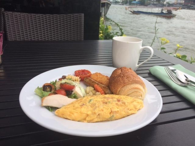 朝食はチャオプラヤー川を眺めながら