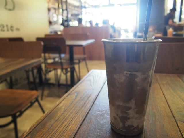 アルミのカップで提供されるミルクシェイク