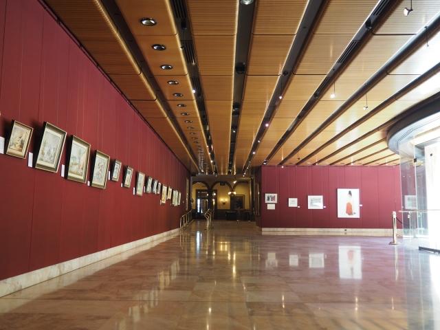 噴水を囲むように、壁にはアート作品の展示