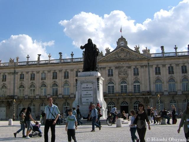 スタニスラス広場の中央に立つスタニスラスの像