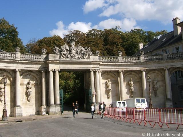 カリエール広場からロレーヌ公宮殿に向かう門