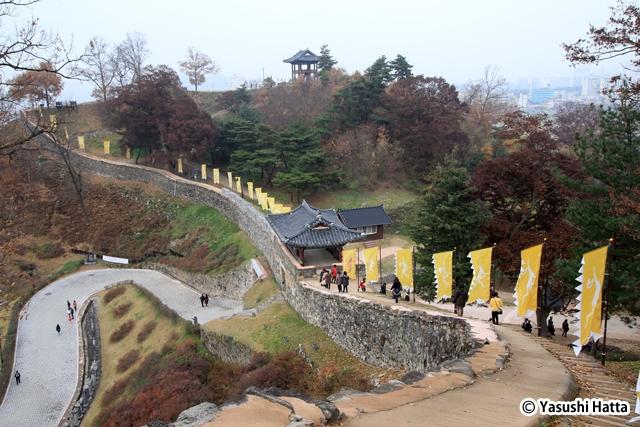 公山城内は散策路が整備されている。インジョルミの説明板もある