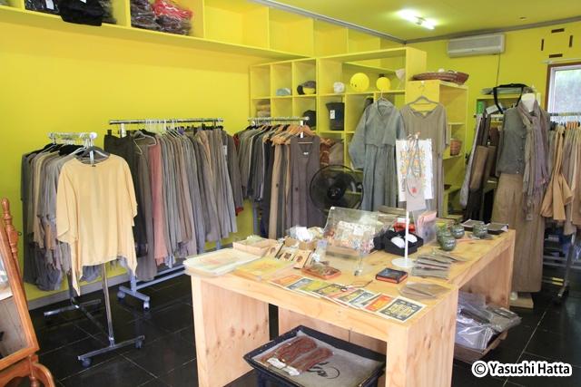 隣接する売店では「ミマジ」の奥様が作る栗の染め物製品も販売