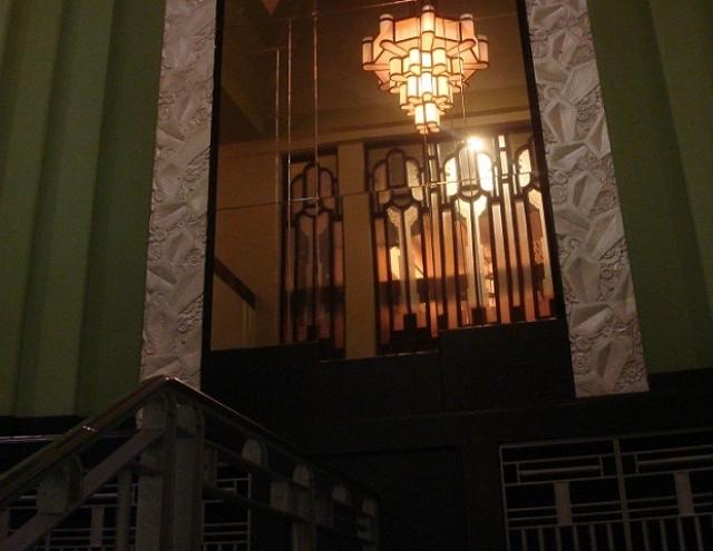 照明器具、階段の手すり、壁の装飾、どれも独特なデザイン