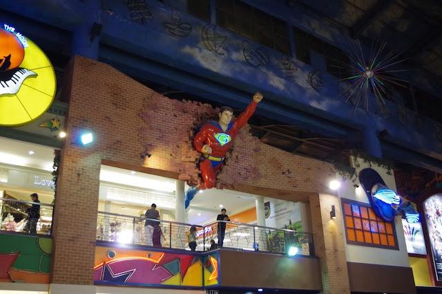 壁から飛び出すスーパーマン