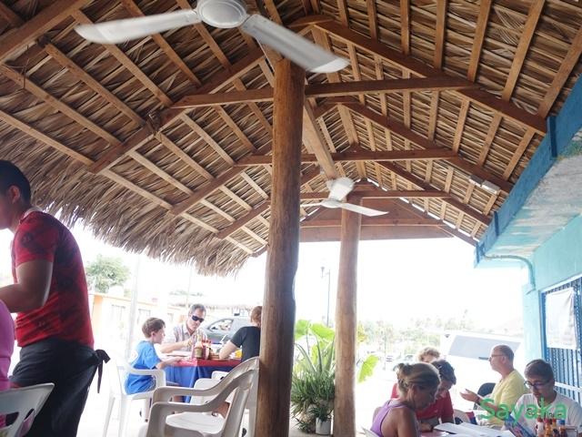 かやぶき屋根の食事スペース