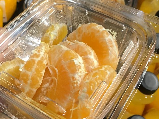 皮をむいたスモウマンダリンは、野菜サラダに入れても美味です。