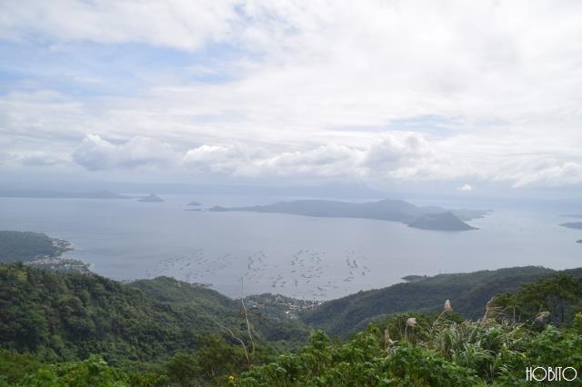 タール湖とタール火山を望む