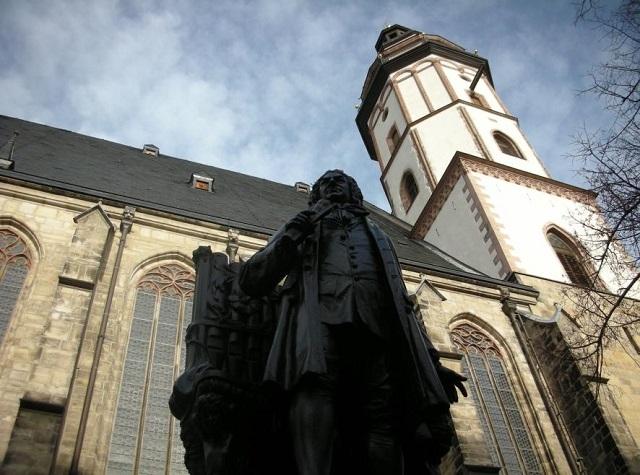 トーマス教会を背にするバッハ像