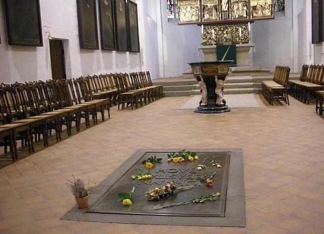 祭壇に祀られたバッハの墓