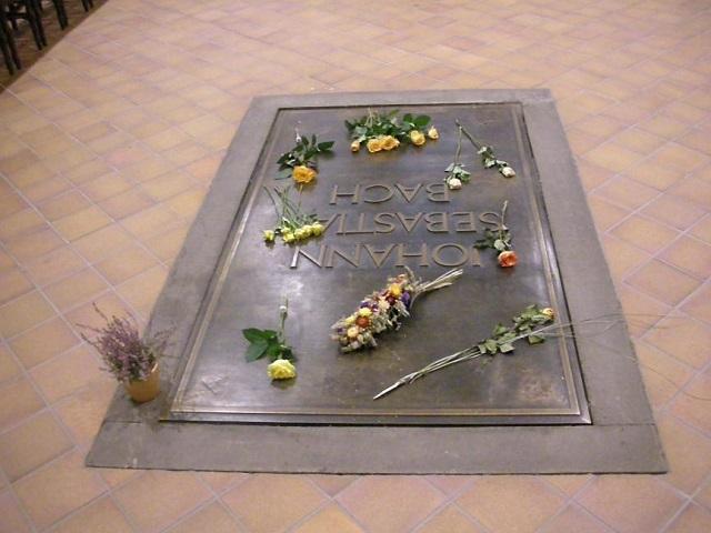 今も訪れる人々の献花が絶えないバッハの墓