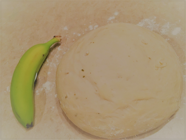 オレガノとフェンネル入りのピザドウ。1本のバナナよりも大きい