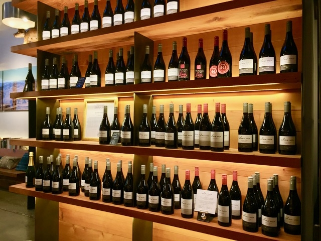 整然と並ぶワインボトル