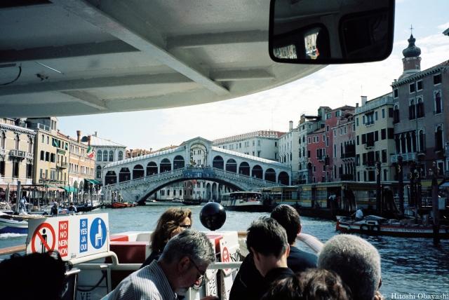 S字の曲線を描きヴェネツィアを二分するカナル・グランデ