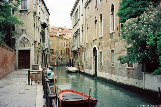 ヴェネツィアの街を網の目のように這う水路