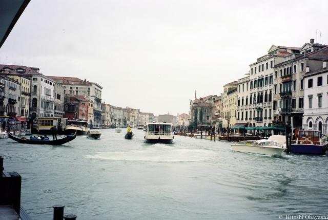 カナル・グランデの水面から眺めるヴェネツィア