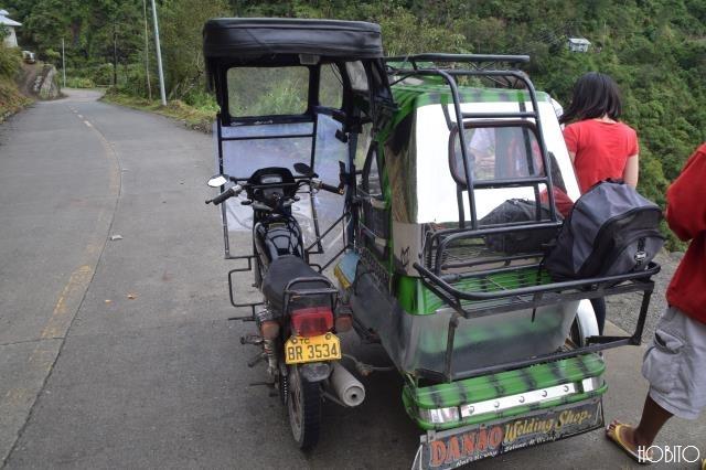 乗るのはバイクタクシー