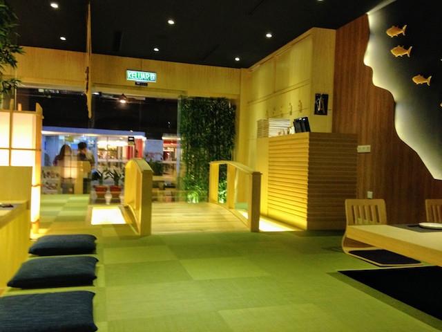 マレーシアのレストランの構造とは思えないスペース