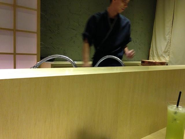 カウンターには日本人の板前さんが