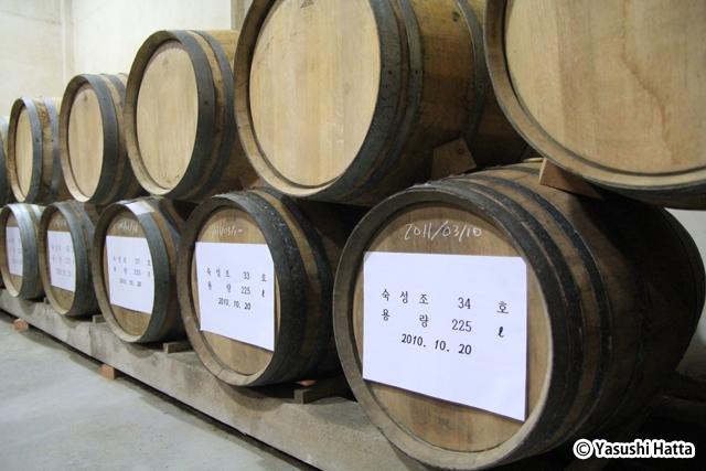 リンゴブランデーはオーク樽の中で熟成。2010年より製造開始