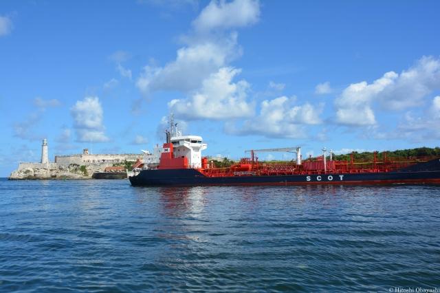 モロ要塞の真下から運河に入る船舶
