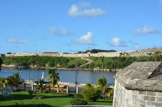 フエルサ要塞の対岸に聳えるカバーニャ要塞
