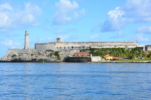 プンタ要塞から見上げるモロ要塞