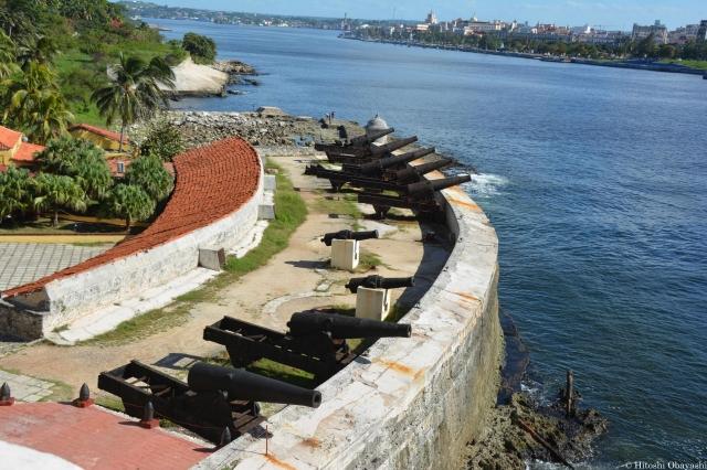 水路に沿って並ぶモロ要塞の砲台