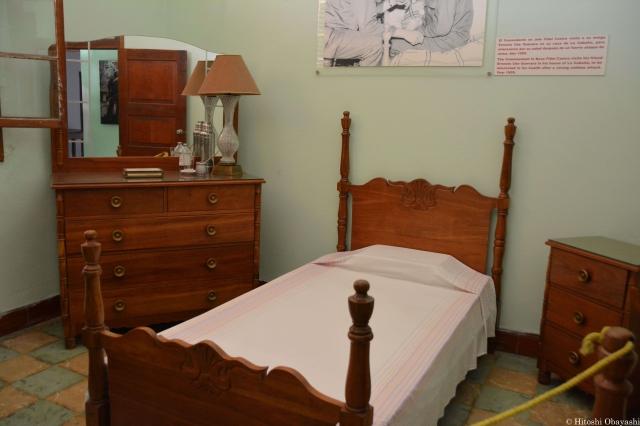 ゲバラが体を横にしたベッド