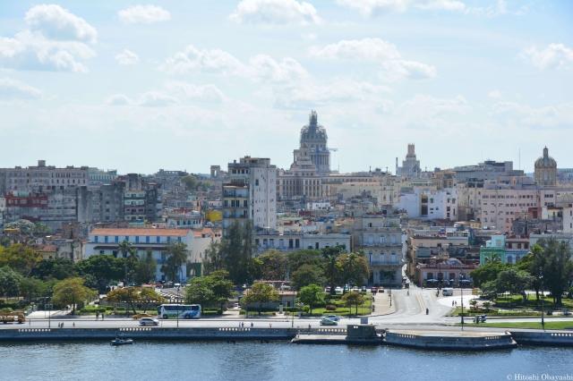 カバーニャ要塞から運河越しに広がるハバナの市街地の全景